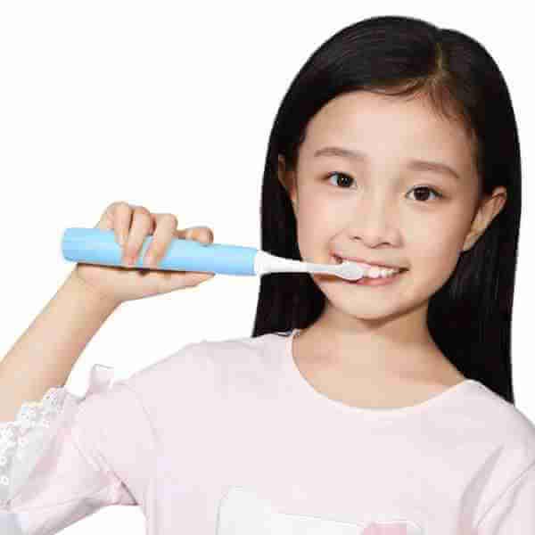 Smart toothbrush brushing teeth whiter